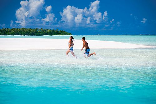 Cook-Islands-couple-on-the-beach